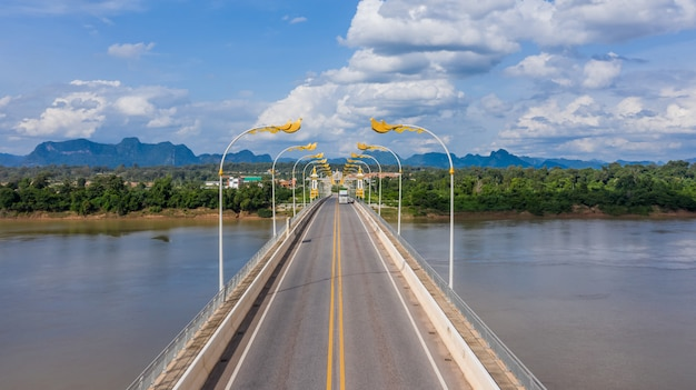 Widok Z Lotu Ptaka Trzeci Tajski Most Przyjaźni Lao, Most Nad Rzeką Mekong, Nakhon Phanom, Tajlandia. Premium Zdjęcia