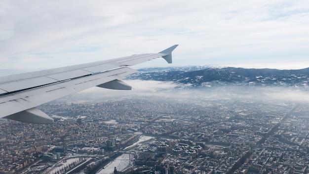 Widok z lotu ptaka turyn. torino pejzaż miejski od above, włochy. zima, mgła i chmury na linii horyzontu. smog i zanieczyszczenie powietrza. Premium Zdjęcia