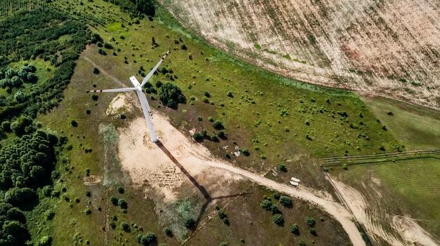 Widok z lotu ptaka wiatraki do produkcji energii elektrycznej Premium Zdjęcia