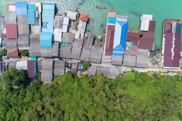 Widok Z Lotu Ptaka Widok Z Góry Wioski Rybackiej Z łodziami Rybackimi I Dachem Domu Na Molo W Koh Rat Suratthani Tajlandia Premium Zdjęcia