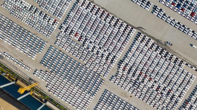 Widok z lotu ptaka wiele pojazdów na parkingu dla nowego samochodu na eksport, biznes i logistyka Premium Zdjęcia