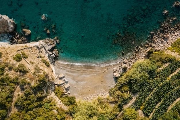 Widok Z Lotu Ptaka Z Góry Morze Spotkanie Skalisty Brzeg Z Zielonymi Drzewami Darmowe Zdjęcia