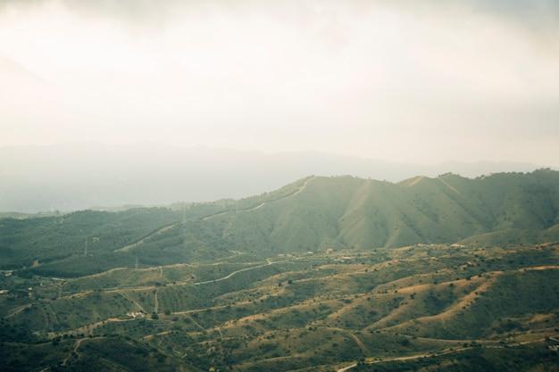 Widok z lotu ptaka zielony krajobraz górski Darmowe Zdjęcia