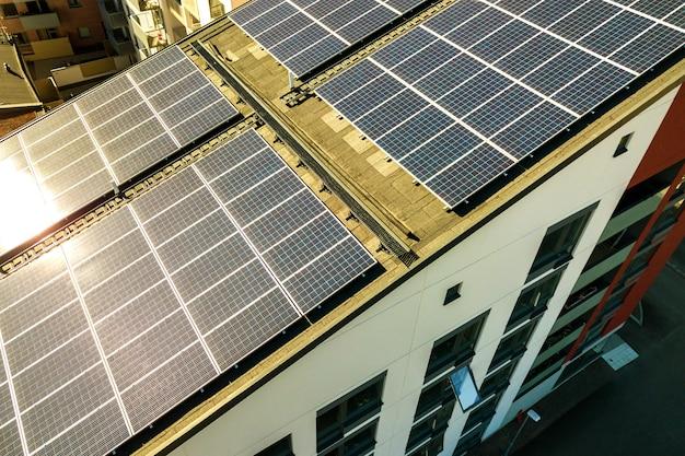 Widok z paneli słonecznych fotowoltaicznych na dachu budynku mieszkalnego do produkcji czystej energii elektrycznej. autonomiczna koncepcja mieszkaniowa. Premium Zdjęcia