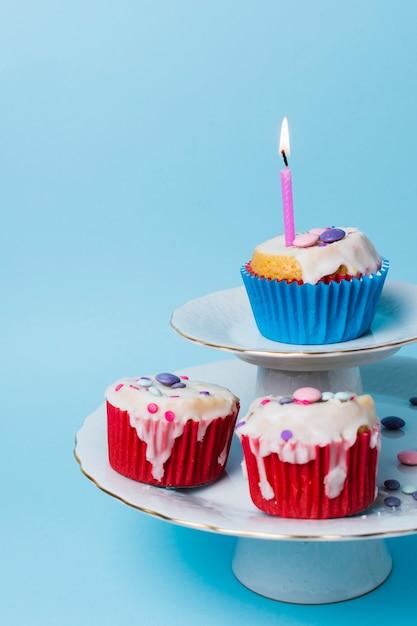Widok Z Przodu Babeczki Urodziny Układ Na Niebieskim Tle Darmowe Zdjęcia