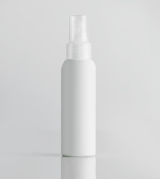 Widok Z Przodu Białe Plastikowe Butelki Z Opryskiwaczem Na Białej ścianie Darmowe Zdjęcia