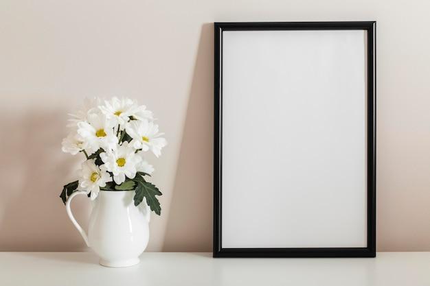 Widok Z Przodu Bukiet Białych Kwiatów W Wazonie Z Pustą Ramką Darmowe Zdjęcia