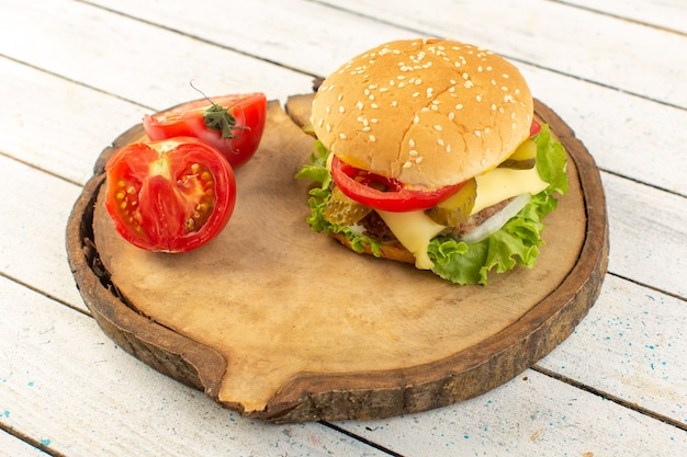 Widok Z Przodu Burger Z Kurczaka Z Serem I Zieloną Sałatą Na Drewnianym Biurku I Kanapkę Fast-food Posiłek Darmowe Zdjęcia