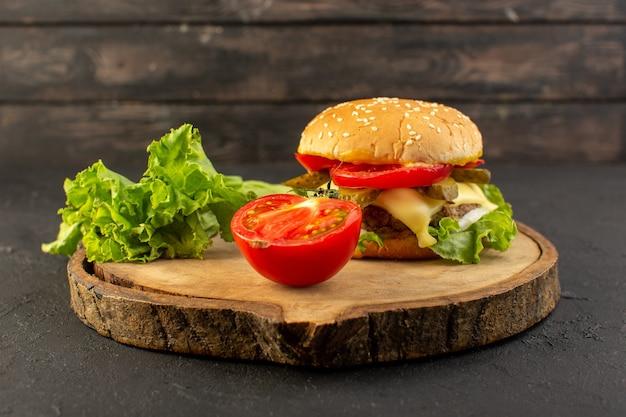 Widok Z Przodu Burger Z Kurczaka Z Serem I Zieloną Sałatą Wraz Z Pomidorami Na Drewnianym Biurku I Kanapkowym Posiłkiem Typu Fast-food Darmowe Zdjęcia