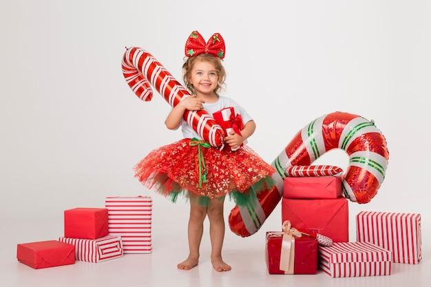 Widok Z Przodu Buźka Dziewczynka Otoczona Elementami świątecznymi Premium Zdjęcia