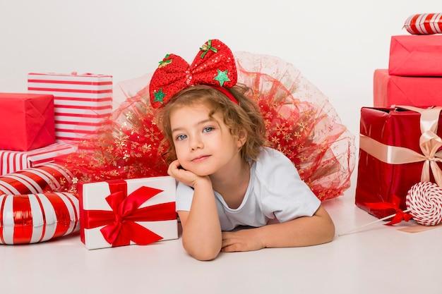 Widok Z Przodu Buźkę Małe Dziecko Otoczone świątecznymi Elementami Premium Zdjęcia