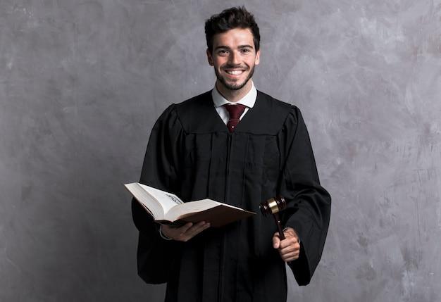 Widok z przodu buźkę sędzia z książką i młotek Darmowe Zdjęcia