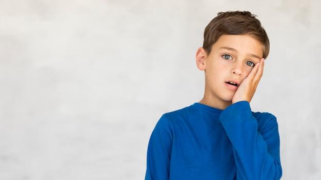Widok z przodu chłopiec patrząc podkreślił z miejsca na kopię Darmowe Zdjęcia