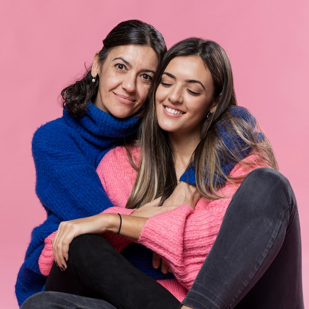 Widok Z Przodu Córka I Mama Przytulanie Darmowe Zdjęcia