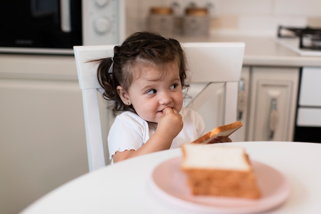 Widok z przodu cute młoda dziewczyna na krześle Darmowe Zdjęcia