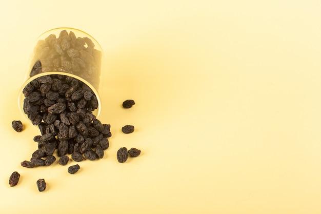 Widok Z Przodu Czarne Suszone Owoce Wewnątrz Plastikowego Szkła Na Białym Tle Na Kremowym Kolorowym Tle Suche Owoce Czarne Darmowe Zdjęcia