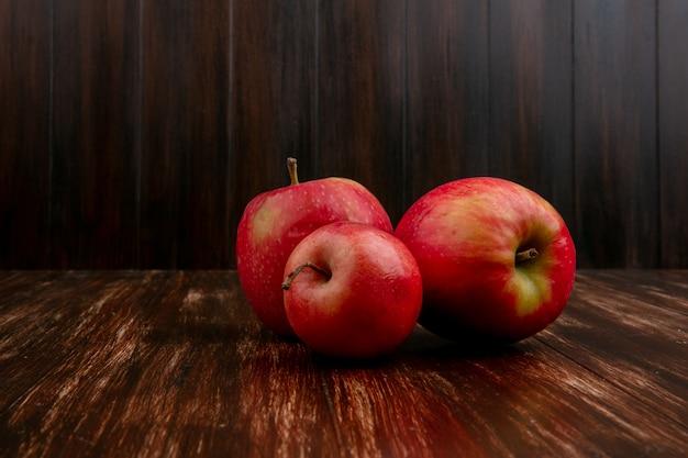 Widok Z Przodu Czerwone Jabłka Na Tle Drewnianych Darmowe Zdjęcia