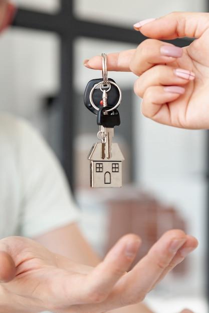 Widok Z Przodu Człowiek Akceptujący Klucze Do Nowego Domu Z Bliska Premium Zdjęcia