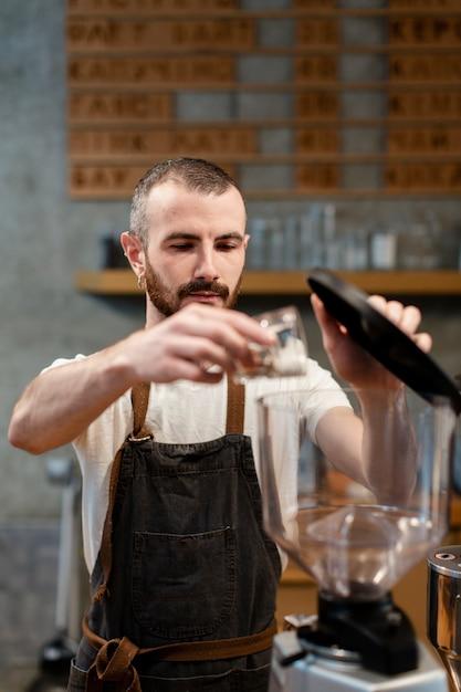 Widok z przodu człowiek pracuje w kawiarni Darmowe Zdjęcia