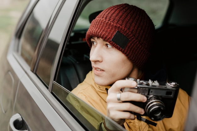 Widok z przodu człowiek trzyma aparat Darmowe Zdjęcia