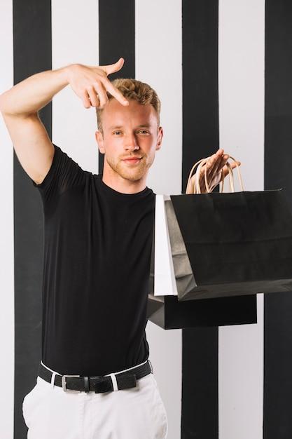 Widok z przodu człowieka posiadającego torby na zakupy Darmowe Zdjęcia