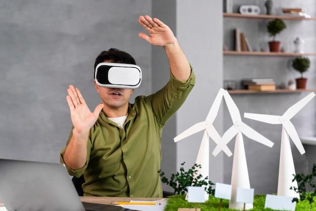 Widok Z Przodu Człowieka Pracującego Nad Ekologicznym Projektem Energii Wiatrowej I Korzystającego Z Zestawu Słuchawkowego Wirtualnej Rzeczywistości Darmowe Zdjęcia