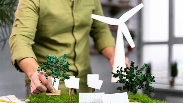 Widok Z Przodu Człowieka Pracującego Nad Układem Projektu Ekologicznej Energii Wiatrowej Premium Zdjęcia