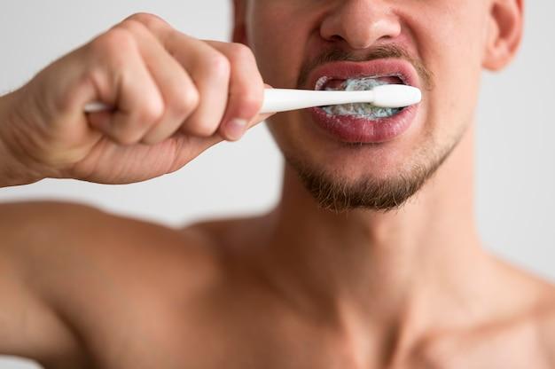 Widok Z Przodu Człowieka Szczotkującego Zęby Darmowe Zdjęcia