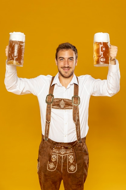 Widok Z Przodu Człowieka Trzyma Kufle Piwa Darmowe Zdjęcia