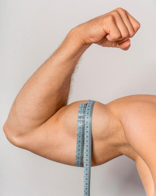 Widok Z Przodu Człowieka Z Miarką Na Biceps Darmowe Zdjęcia