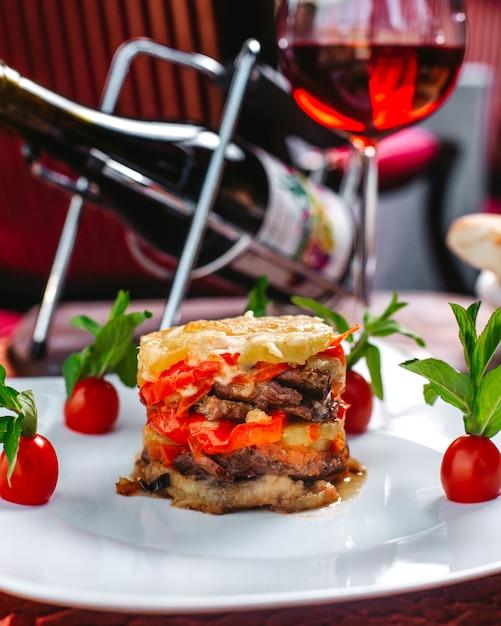 Widok Z Przodu Danie Mięsne Posiłek Posiłek Ozdobione Kolorowe Wraz Z Czerwonymi Pomidorami Cherry I Zielonymi Liśćmi Wewnątrz Białej Tablicy Darmowe Zdjęcia