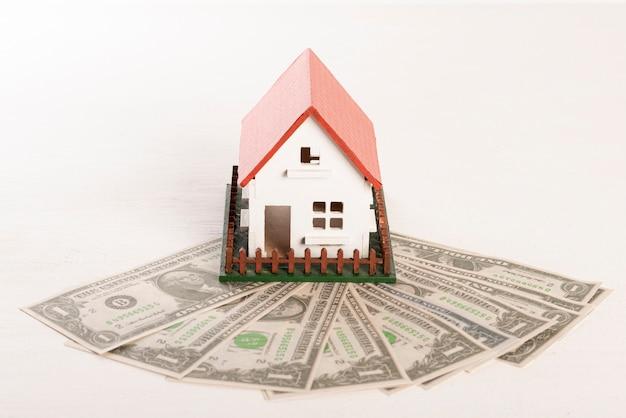 Widok z przodu dom z ogrodem i banknoty pieniądze Darmowe Zdjęcia