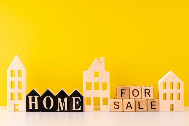 Widok Z Przodu Domu Na Sprzedaż Napis Na żółtym Tle Premium Zdjęcia
