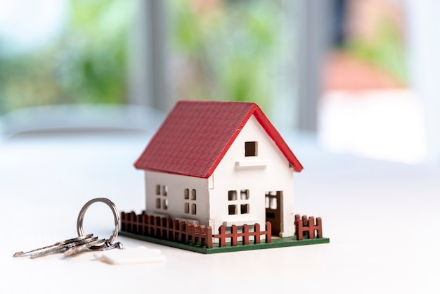 Widok z przodu domu zabawki modelu i klucze na tło zamazane pole Darmowe Zdjęcia