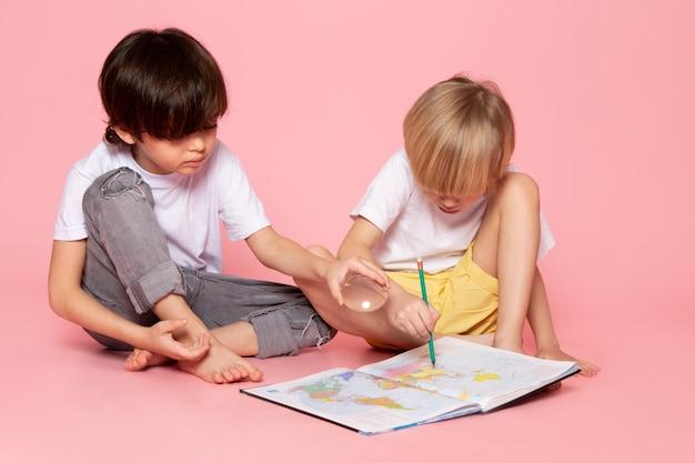 Widok Z Przodu Dwóch Chłopców W Białych Koszulkach Rysujących Mapę Na Różowo Darmowe Zdjęcia