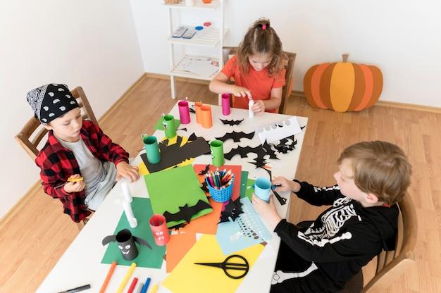 Widok Z Przodu Dzieci Z Ustaleniami Koncepcji Halloween Darmowe Zdjęcia