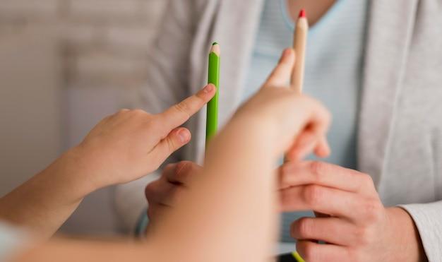 Widok Z Przodu Dziecka Liczenia W Domu Za Pomocą Ołówków Darmowe Zdjęcia