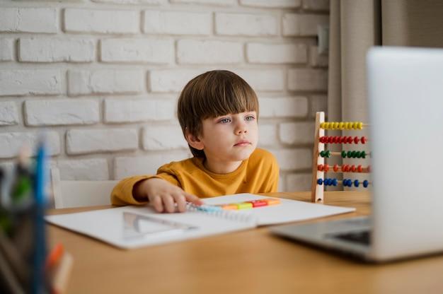 Widok Z Przodu Dziecka Na Biurko Uczenia Się Od Laptopa Darmowe Zdjęcia