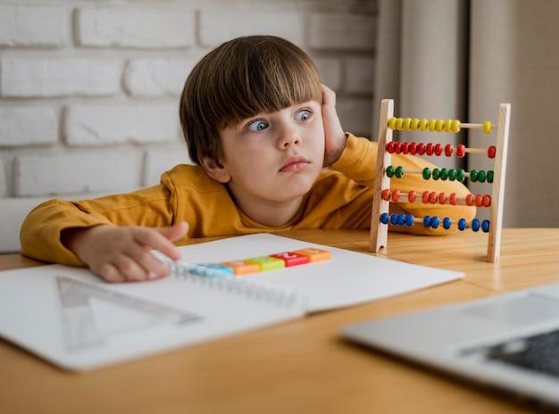 Widok Z Przodu Dziecka Zszokowany Podczas Nauki Od Laptopa W Domu Darmowe Zdjęcia