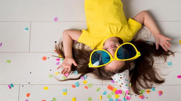 Widok Z Przodu Dziewczynki Z Dużymi Okularami Przeciwsłonecznymi Premium Zdjęcia