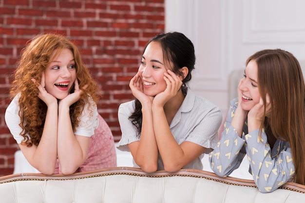 Widok z przodu dziewczyny posiadające pijama party Darmowe Zdjęcia
