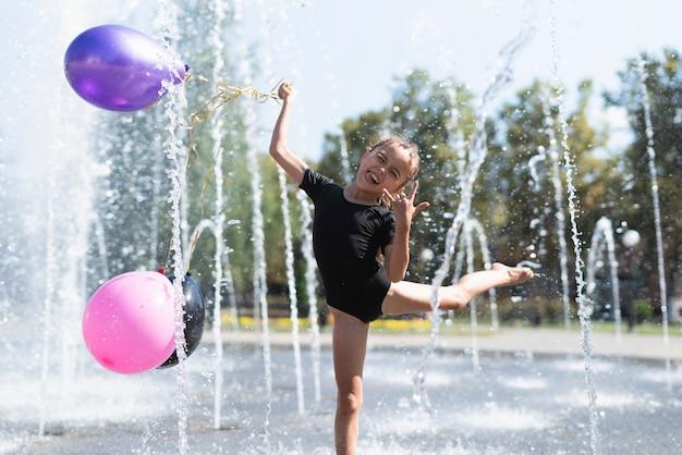 Widok Z Przodu Dziewczyny Z Balonami Darmowe Zdjęcia
