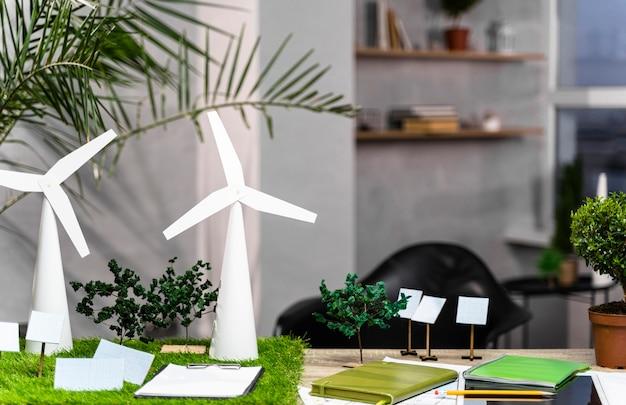 Widok Z Przodu Ekologicznego Układu Projektu Energetyki Wiatrowej Z Turbinami Wiatrowymi Na Biurku Darmowe Zdjęcia
