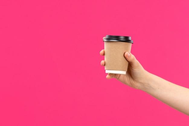 Widok Z Przodu Filiżankę Kawy Ręki Trzymającej Kawy Męskiej Ręki Różowy Kolor Tła Napój Darmowe Zdjęcia