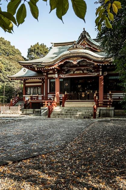 Widok Z Przodu Japońskiej świątyni Z Jesiennymi Liśćmi Darmowe Zdjęcia