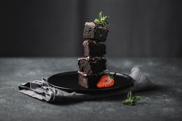 Widok Z Przodu Kawałków Ciasta Czekoladowego Na Talerzu Z Miętą Darmowe Zdjęcia