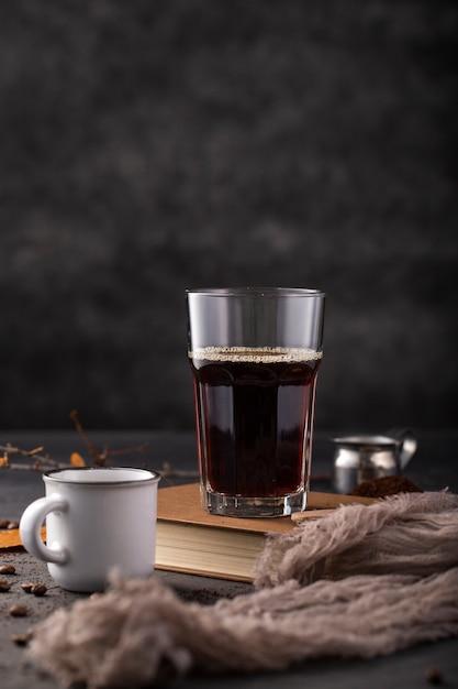 Widok Z Przodu Kawy W Szkle Na Książki Darmowe Zdjęcia