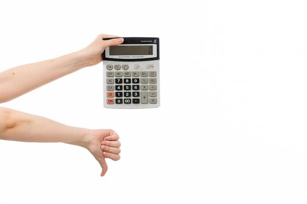 Widok Z Przodu Kobiecej Dłoni Trzymającej Kalkulator Pokazujący W Przeciwieństwie Do Znaku Na Białym Darmowe Zdjęcia
