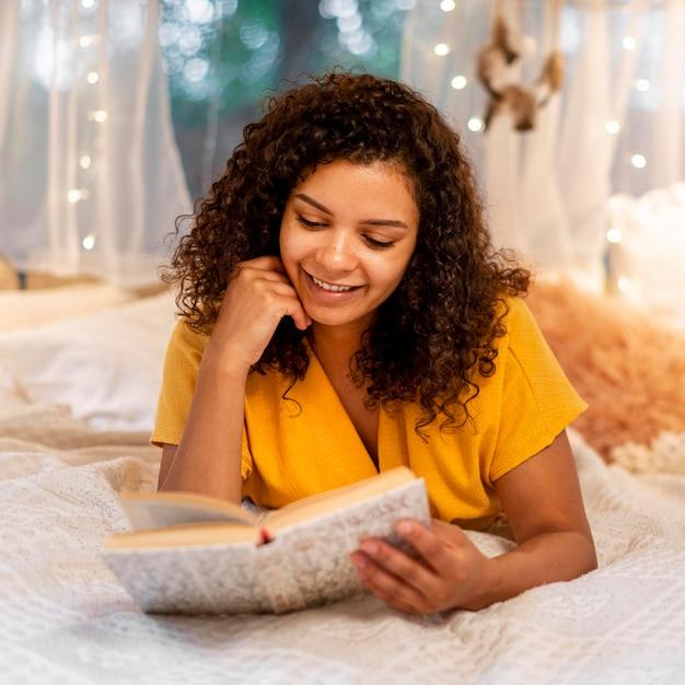Widok Z Przodu Kobieta Czytanie W Pomieszczeniu Darmowe Zdjęcia