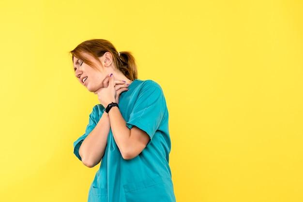 Widok Z Przodu Kobieta Lekarz Mający Problemy Z Oddychaniem Na żółtej Przestrzeni Darmowe Zdjęcia